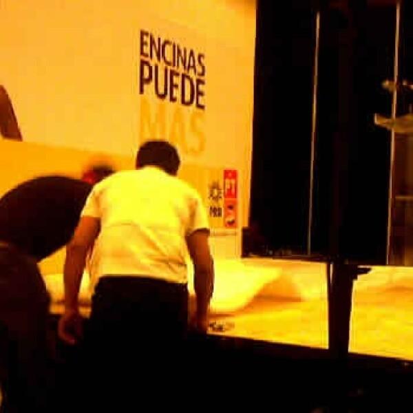 Trabajadores desmontan el templete de Encinas