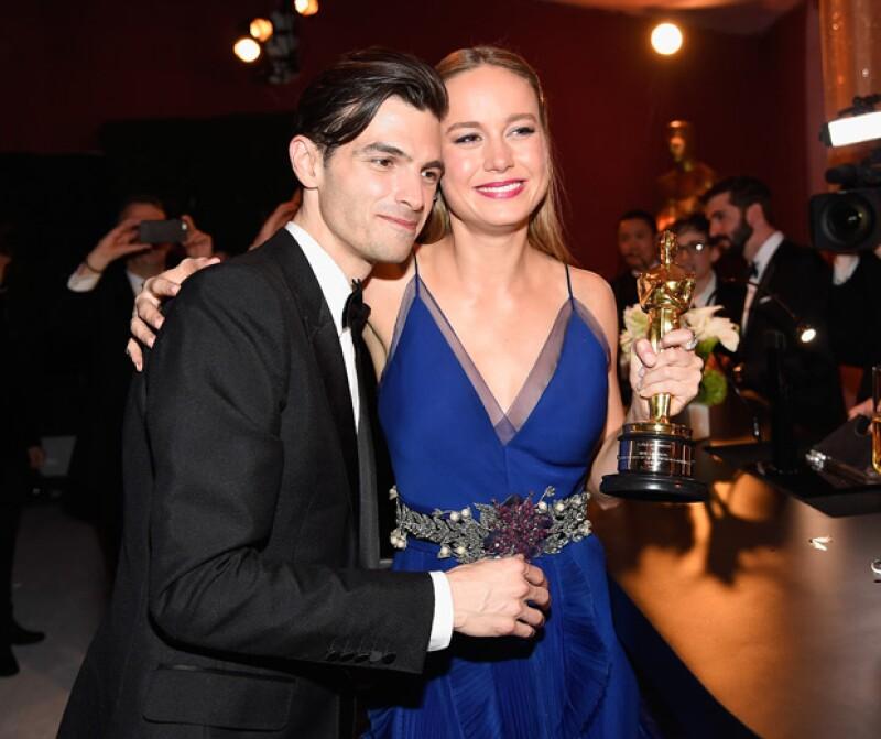 La recién ganadora del Oscar no pudo ocultar la noticia por mucho tiempo pues su anillo de compromiso la delató al acudir este fin de semana a `Saturday Night Live´.