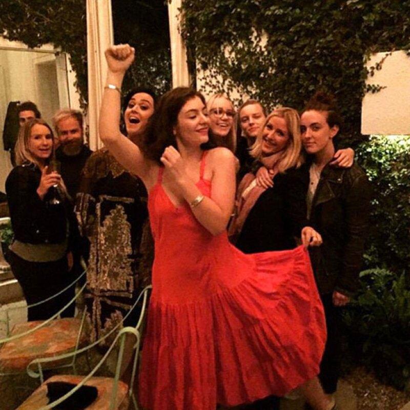 Las amigas de Taylor aparecen muy sonrientes al lado de Katy Perry