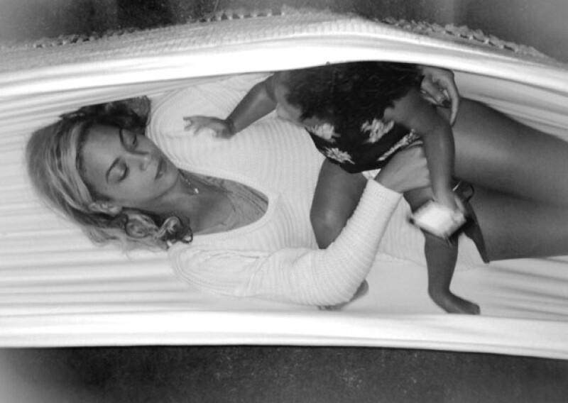 La cantante de 32 años compartió nuevamente algunas imágenes en su Tumblr del tiempo que pasa con su pequeña hija.