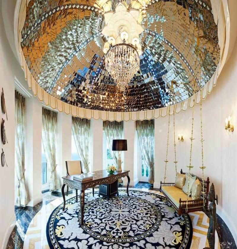 La estancia de la suite tiene candelabros y mosaicos en el techo bañados en oro.