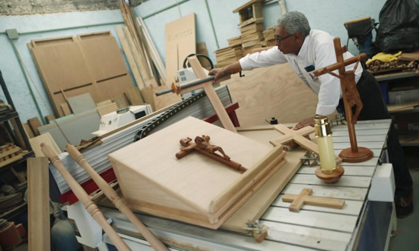Estos son algunos de los objetos de madera que adornarán la visita papal a la capital del país.
