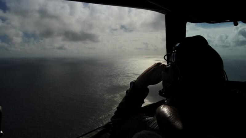Un integrante de la Fuerza Aérea Real de Nueva Zelandia en búsqueda del vuelo 370 de Malaysia Airlines en el Océano Índico