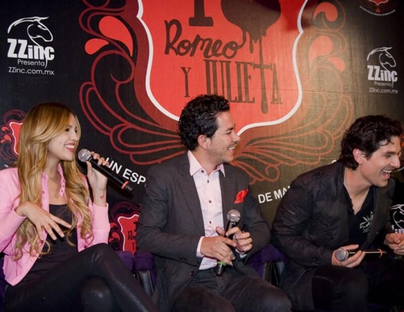 La cantante y actriz, el productor y director Manolo Caro y Alan Estrada en la presentación a los medios de la obra.