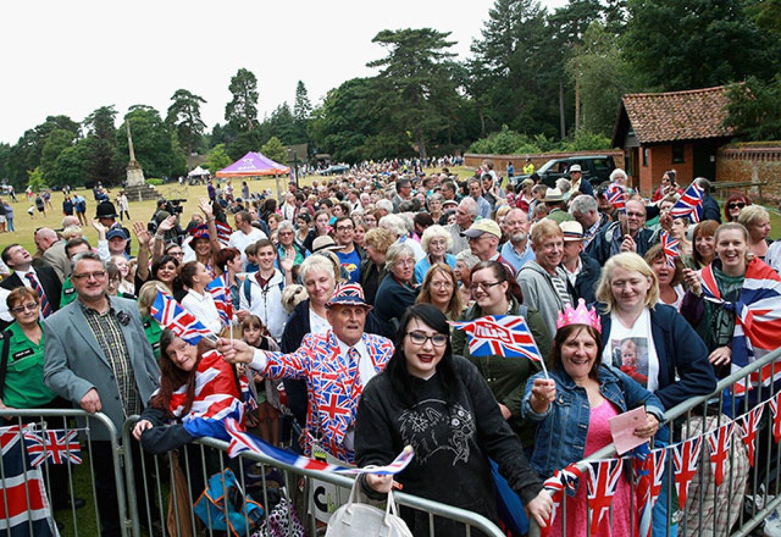 Cientos de personas se reunieron afuera de la iglesia para acompañar a la princesa en este gran día.