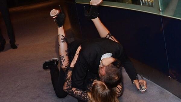 Después de la premiación, la modelo cayó al suelo tras excederse en copas olvidándose del glamour.