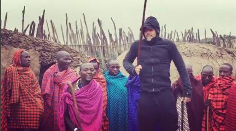 El cantante se encuentra actualmente en Tanzania junto a su pareja, el artista Jwan Yosef, y sus gemelos, con quienes ha visitado a una tribu masái.