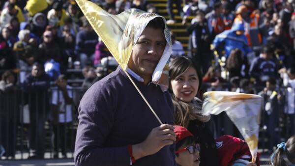Padres, madres e hijos aguardaban en el Zócalo para mirar pasar al papa Francisco.