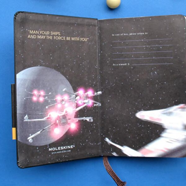 Cada libreta tiene incluida una reproducción del arte original de las cintas, la cual se encuentra en su bolsillo interior.