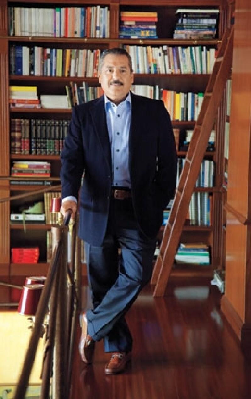 EN SU BIBLIOTECA. Su colección incluye libros de Carlos Salinas.