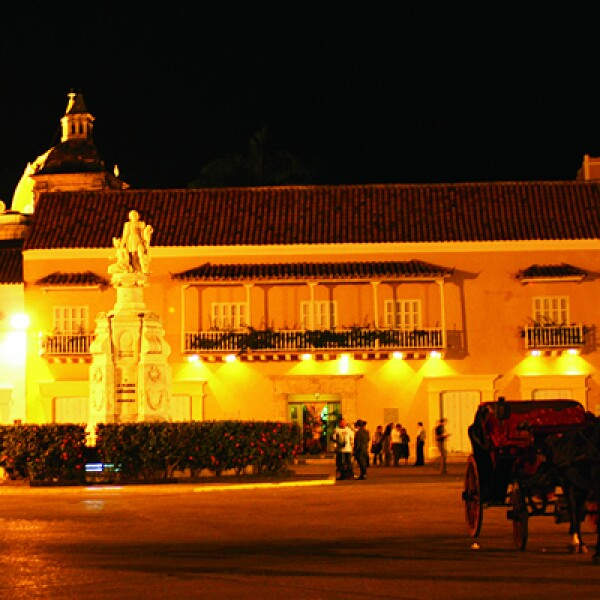 La UNESCO declaró a esta ciudad amurallada y de grandes casas del siglo XVIII como Patrimonio Cultural de la Humanidad.