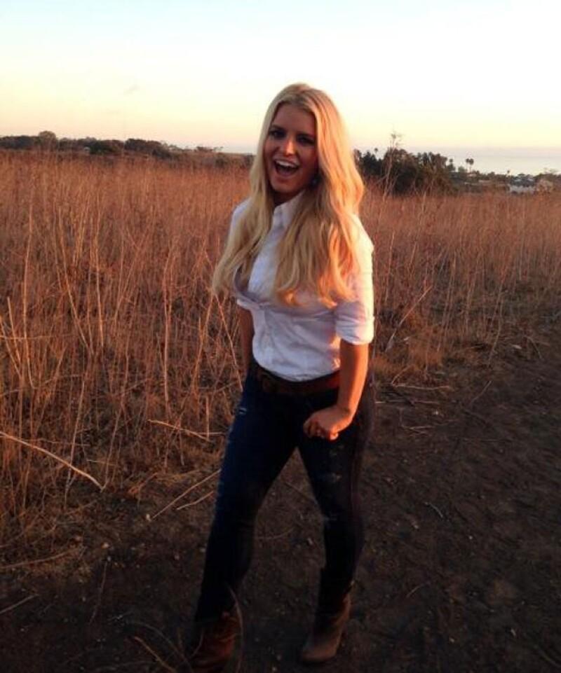 Este viernes Jessica publicó en Twitter una imagen en donde la vemos sonriente mientras presume en el campo una silueta digna de admirarse.