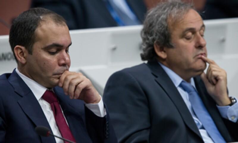 Platini –der- había decidido en principio apoyar la candidatura del jordano Ali. (Foto: Getty Images )