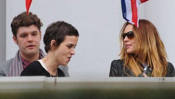 Lindsay Lohan y Samantha Ronson salieron al balcón del Hotel Mandarín en Londres a fumar un cigarrillo.