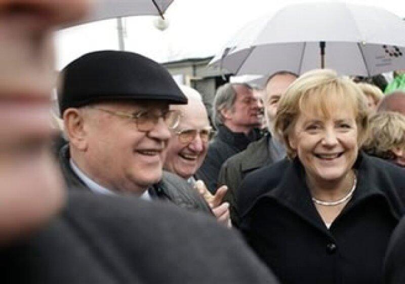 La canciller alemana, Angela Merkel, y el ex líder soviético, Mikhail Gorvachov, en Berlín, Alemania. (Foto: AP)