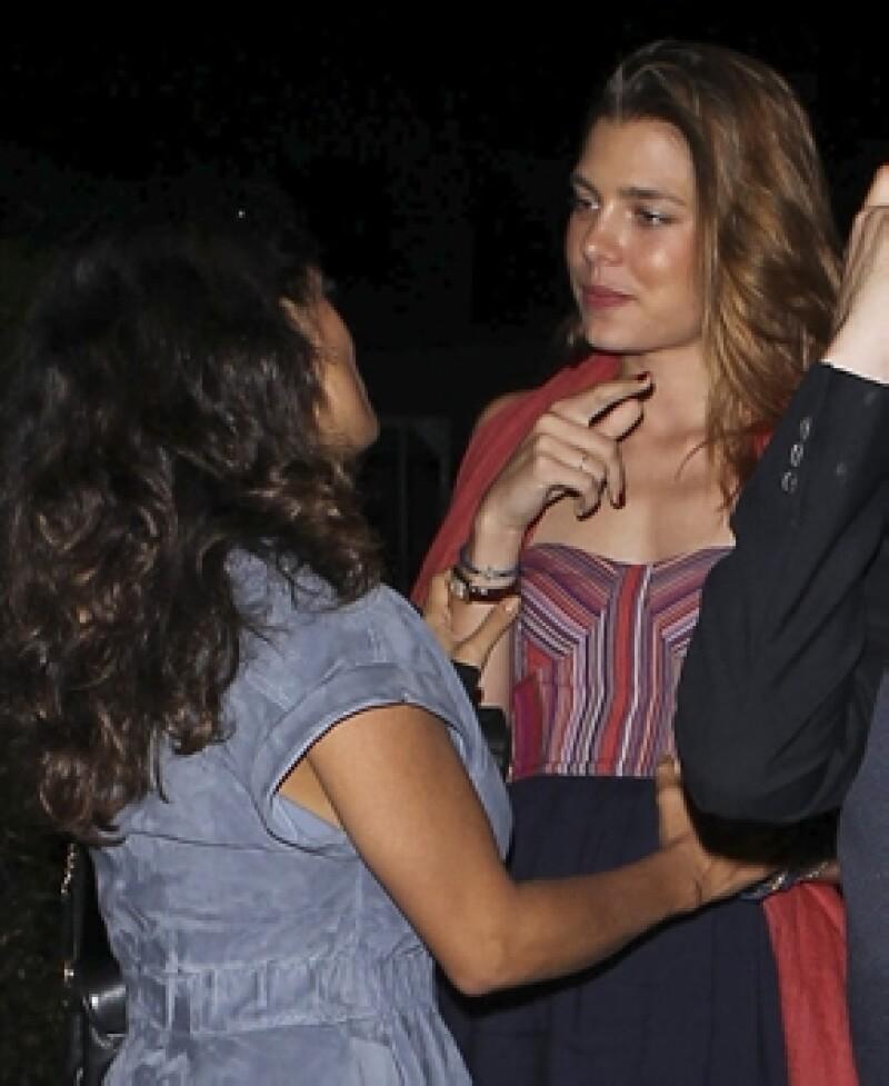 Aquí Salma y Carlota platicando animadamente.