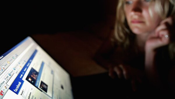 Si sigues enterándote de lo que hace tu ex a través de redes sociales como Facebook, Instagram o Snapchat, debes leer más sobre este estudio que revela porqué es mejor borrarlo de una vez por todas.