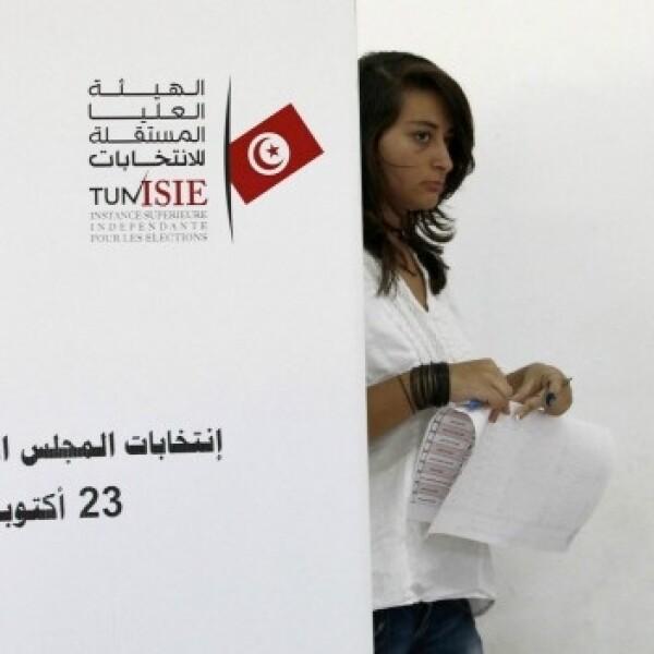una joven acude a votar en tunez