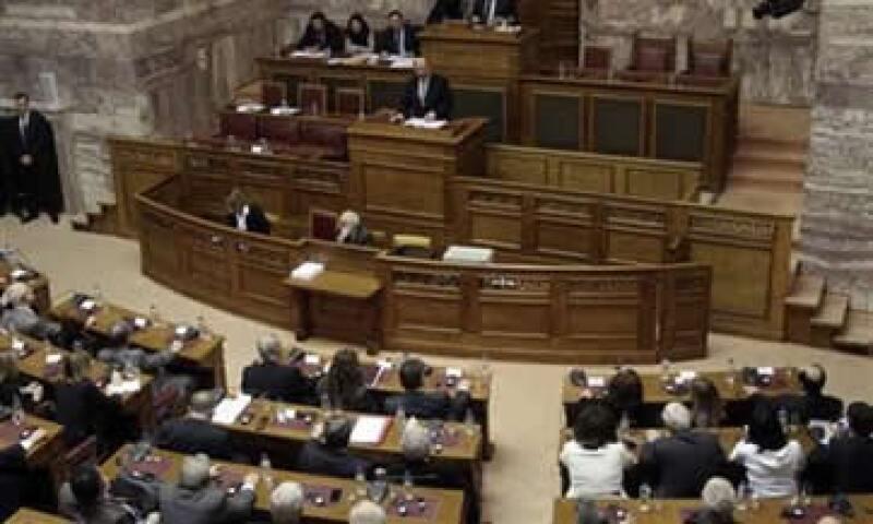 El Parlamento debía aprobar este martes más tarde unos 3,200 millones de euros en recortes de gastos y pensiones. (Foto: Reuters)