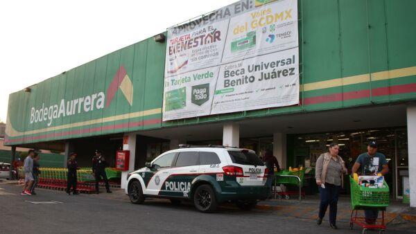 CIUDAD DE MÉXICO DE MÉXICO, 26MARZO2020.- Tras los recientes saqueos en supermercados del Estado de México, tiendas de conveniencia, de la ciudad protegen sus sucursales con elementos de la policía capitalina. FOTO: ROGELIO MORALES /CUARTOSCURO.COM
