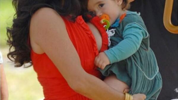 La actriz, que continuó dándole el pecho a su hija Valentina mientras trabajaba en televisión, anima al resto de mujeres a hacer lo mismo por el bienestar de sus hijos.