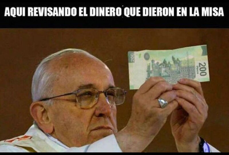 Francisco checando la autenticidad de este billete de 200 pesos.