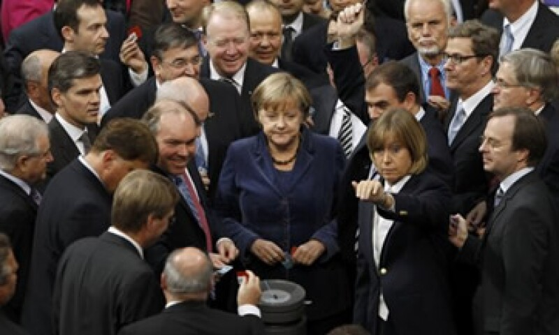 La canciller alemana Angela Merkel (centro) advirtió que Grecia sería sometida a una mayor supervisión en el futuro. (Foto: Reuters)