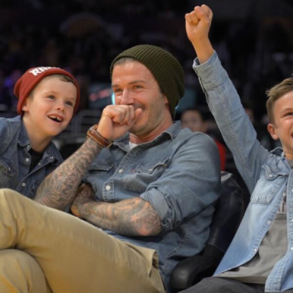 El astro del futbol inglés, David Beckham, se divierte en un partido de los Lakers con  sus hijos Cruz y Romeo.