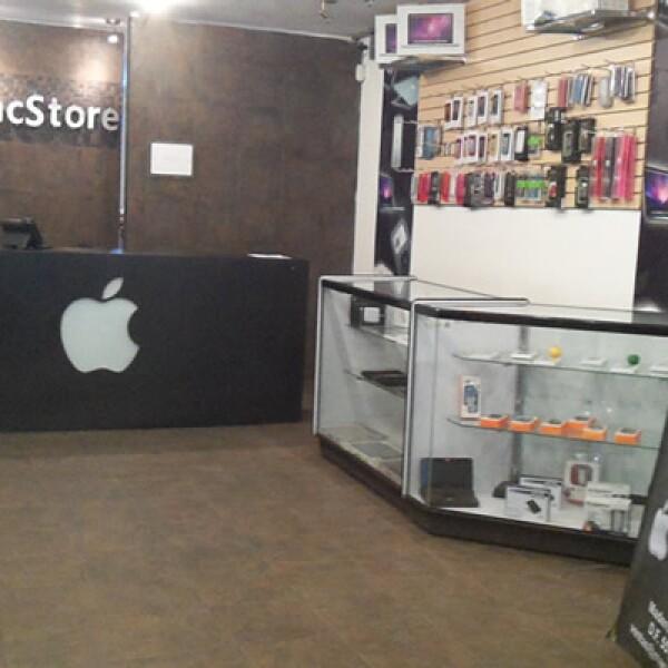 Este establecimiento también comercializa accesorios para computadoras distintas a las Mac.