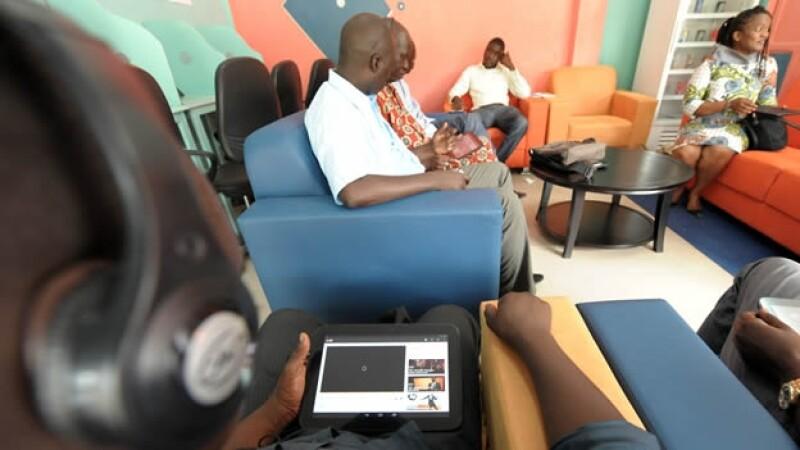 senegaleses hacen uso del primer tabletcafe
