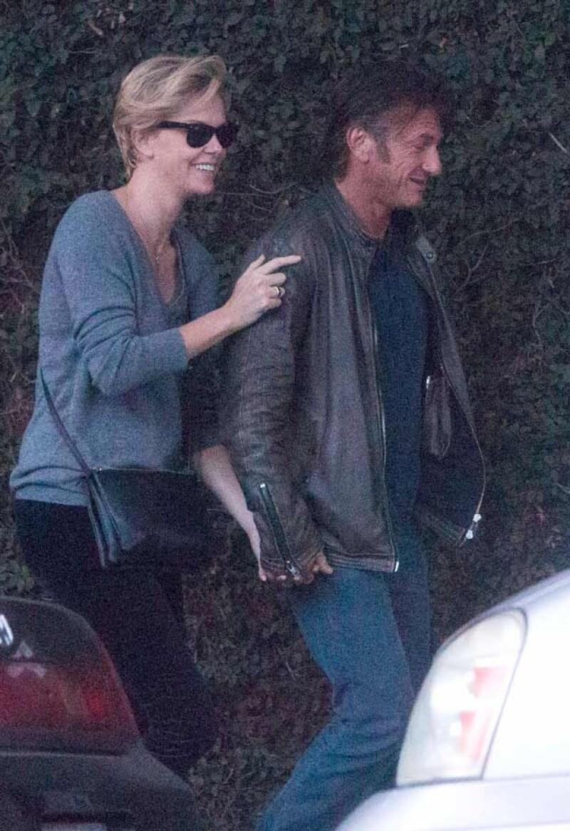 Los actores fueron captados caminando por las calles de San Francisco, tomados de la mano y hasta saludando a una persona que parece ser conocida de la sudafricana.