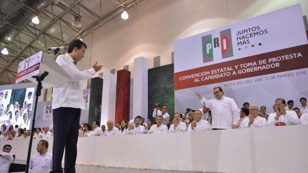 Héctor Yunes Landa (izquierda) saluda al gobernador Javier Duarte durante la toma de protesta como candidato a sucederlo en el gobierno estatal.