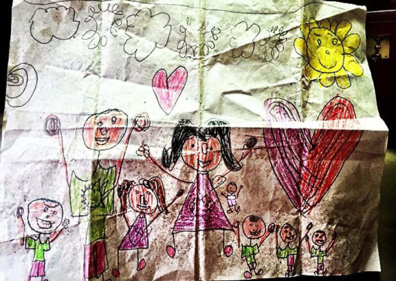 Inesita hizo un dibujo de su familia en donde incluyó al esposo de su mamá y al hermanito o hermanita que viene en camino.