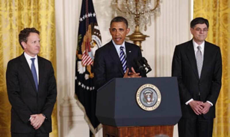 Barack Obama al realizar la nominación oficial de Lew -derecha-, en sustitución de Geithner -izquierda-. (Foto: Reuters)