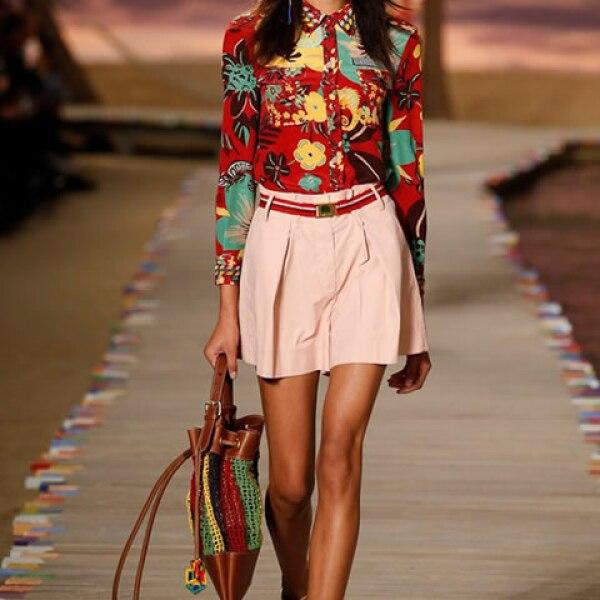 Blusa con estampado tropical, shorts rosas, bolsa de crochet y sneakers de estampado tropical.