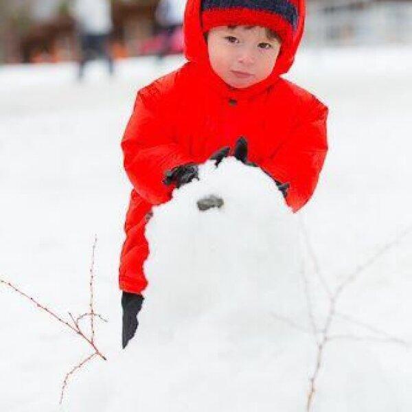 Mateo con un hombre de nieve.