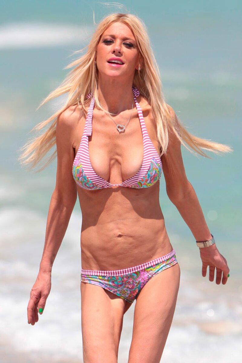 Tara Radi no es favorecida por los bikinis debido a su vientre arrugado, y piel de naranja, pero a pesar de ello se muestra altiva cuando los usa.
