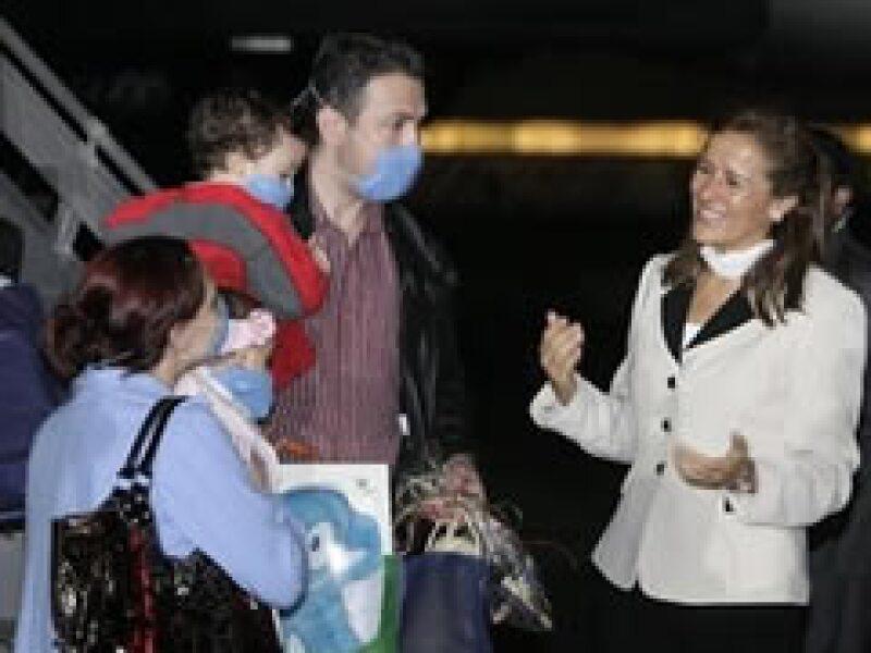 La esposa del presidente Calderón, Margarita Zavala, dio la bienvenida a los pasajeros. (Foto: AP)