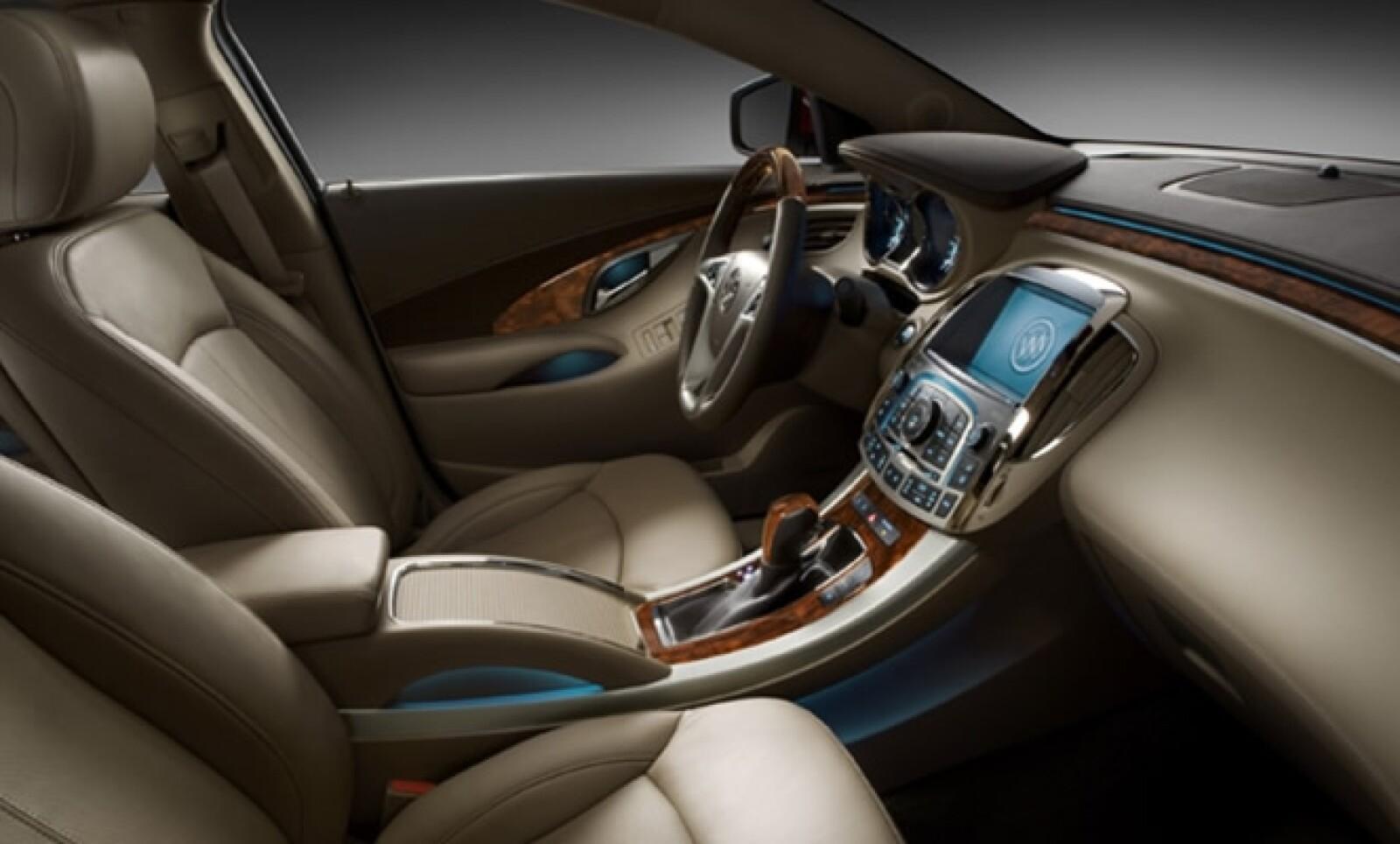 El volante, forrado en piel de cuatro brazos, tiene insertos de madera de álamo, ajuste de profundidad y altura, calefacción y controles de velocidad y audio que junto con su diseño ergonómico logran que el conductor tenga una sólida sensación de control