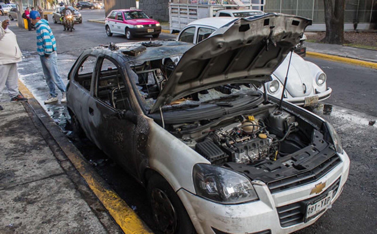 El grupo de manifestantes quemó un vehículo de vigilancia de la UNAM.