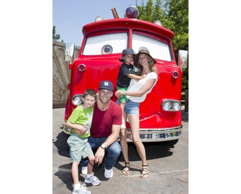 La modelo brasileña disfrutó un día entero en Disney acompañada de Tom y los hijos de ambos.