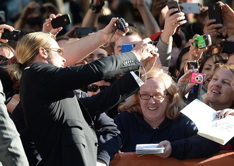Se tomó fotos con sus fans, qiuenes emocionados no se esperaban la llegada del ídolo hollywoodense.