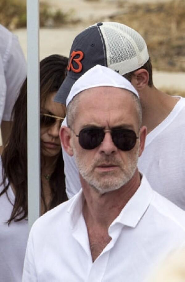 Mila Kunis y Ashton Kutcher parecían conmovidos en el funeral del fundador del centro Kabbalah de Los Ángeles.