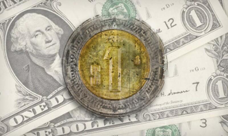 En ventanilla, el dólar se vende en 15.72 pesos. (Foto: Especial)