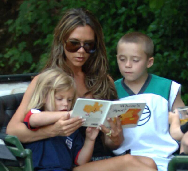 Victoria con dos de sus hijos en un paseo por Londres en 2006.