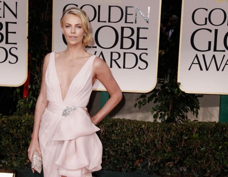 Charlize impactó con su sensual vestido que dejaba ver sus encantos.