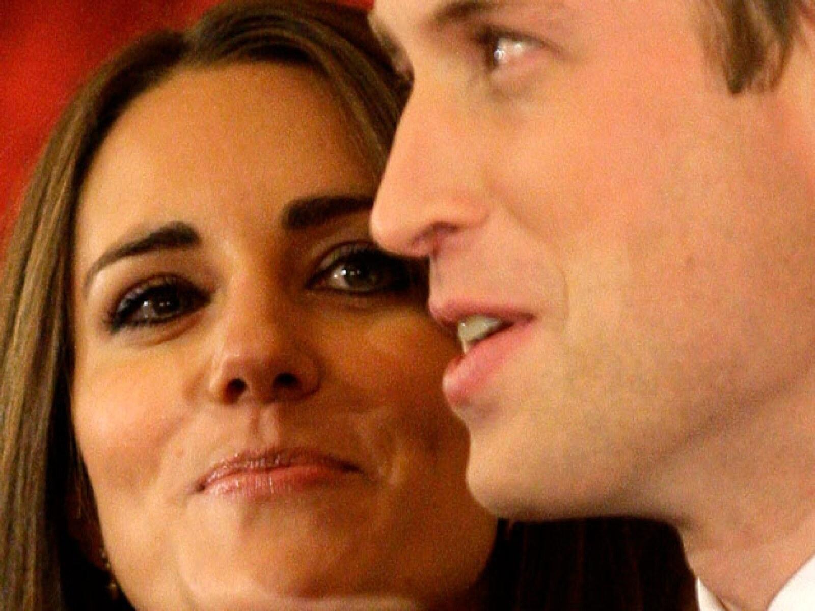 El príncipe le dio a su prometida el anillo de compromiso que su padre, el príncipe Carlos, le diera alguna vez a la difunta Lady Di.