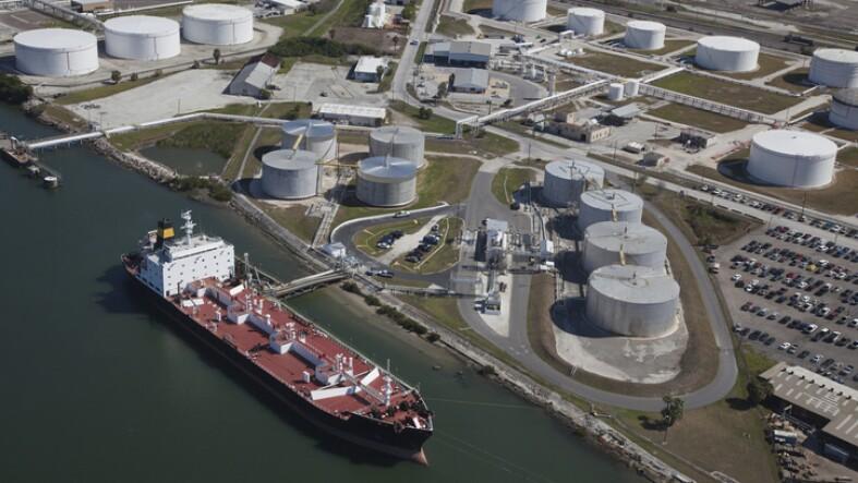 Terminal portuaria de petrolíferos
