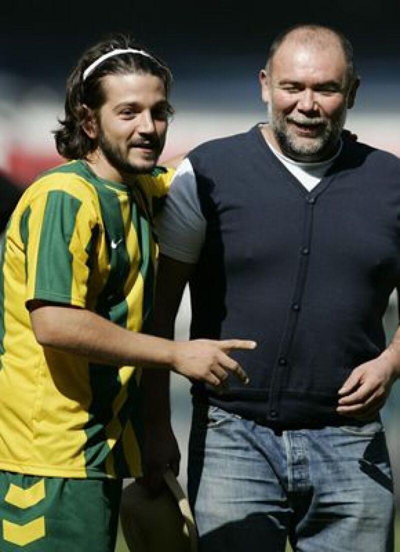 """Para promocionar su filme """"Rudo y Cursi"""", el actor jugó una """"cascarita"""" en el Estadio Azteca."""