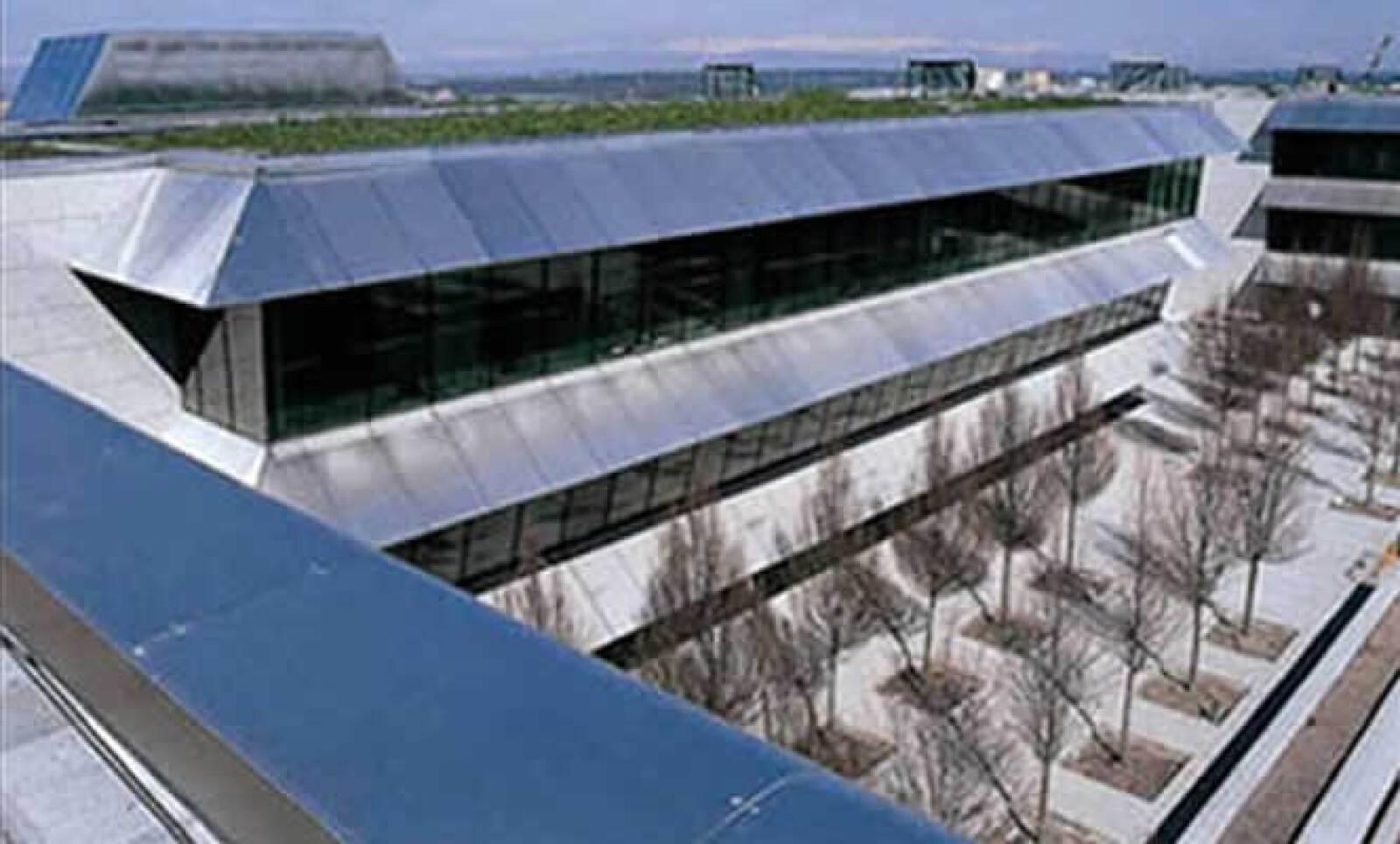 La empresa ayudó a construir la Ciudad Financiera del Banco Santander, bajo el liderazgo del arquitecto Kevin Roche. El tipo de vidrio utilizado fue el Isolar Solarlux Supernatural 68/34 con Multipact.